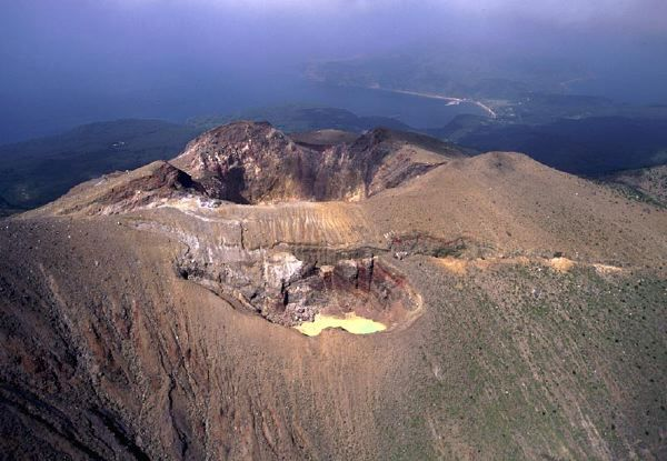 Kuchinoerabujima - cratère sommital du Shindake , vu de l'est.  A noter les fissures  - Doc. Narod.ru