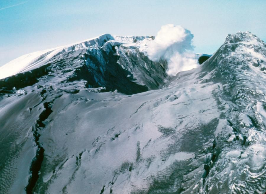 St. Helens - summit view from the west on 07.04.1980, with the graben and the new crater - photo Peter Lipman / USGS