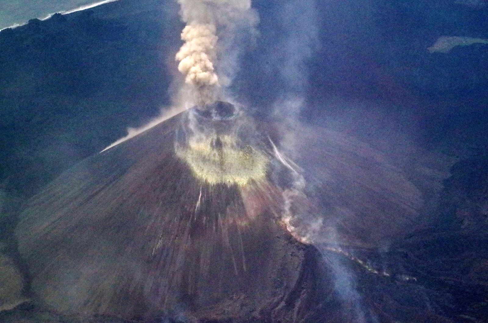 Nishinoshima - summit of the active cone and sulfur deposits on 04.29.2020 / 12:40 p.m. - photo Japan Coast Guards