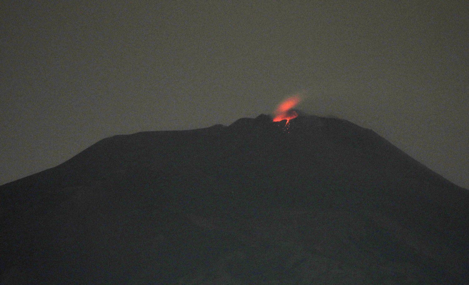 "Etna NSEC - 10.05.2020 / 00h21 weak Strombolian explosion at the ""saddle cone"" of the new crater of the Southeast - photo Boris Behncke"