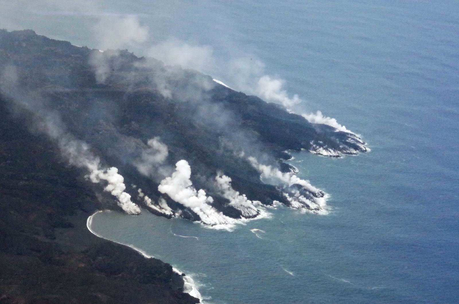 Nishinoshima - lava flow at sea - 04.29.2020 / 12:30 p.m. - photo Japan Coast Guards