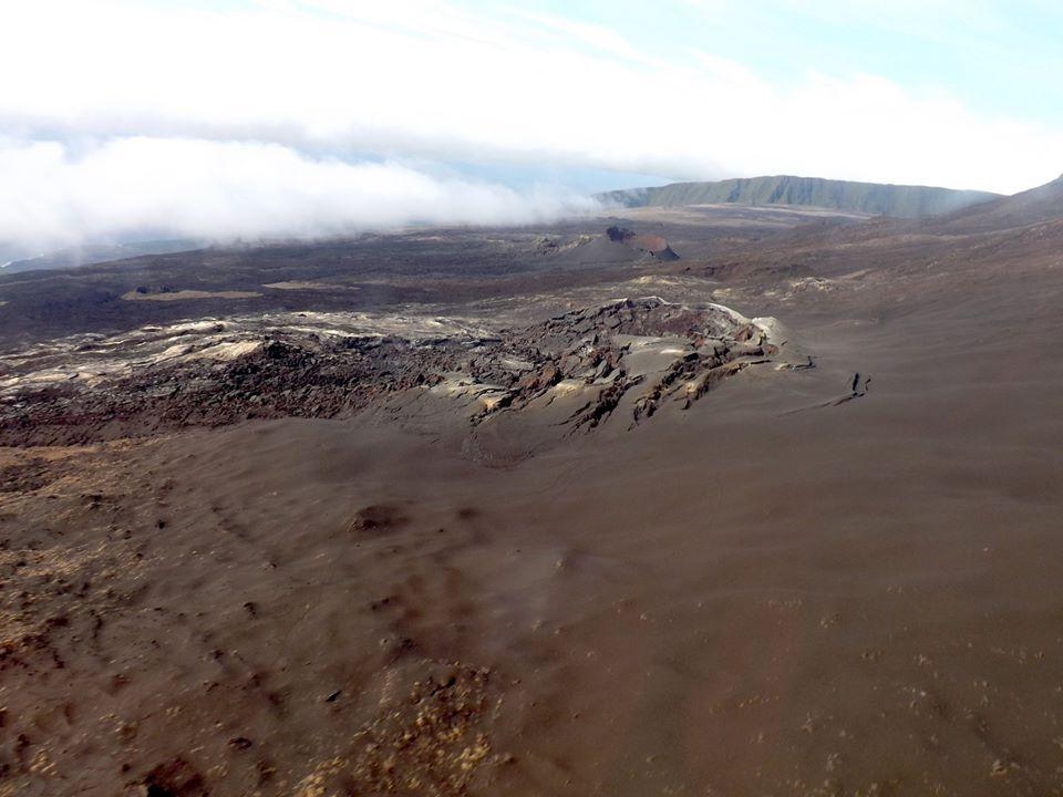 Piton de La Fournaise - 11.05.2020 - zone de l'éruption du 2-6.04.2020 - Dénomination difficile : un cratère ou une fissure éruptive - photo OVPF / SAG / PGHM