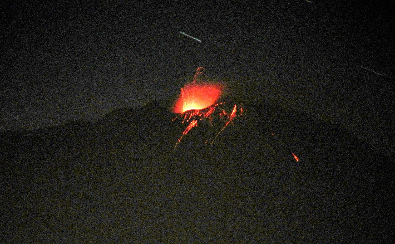 Etna SEC - strombolian activity, during the night of 11 to 12.05.2020, view of Tremestieri Etneo - photo Boris Behncke