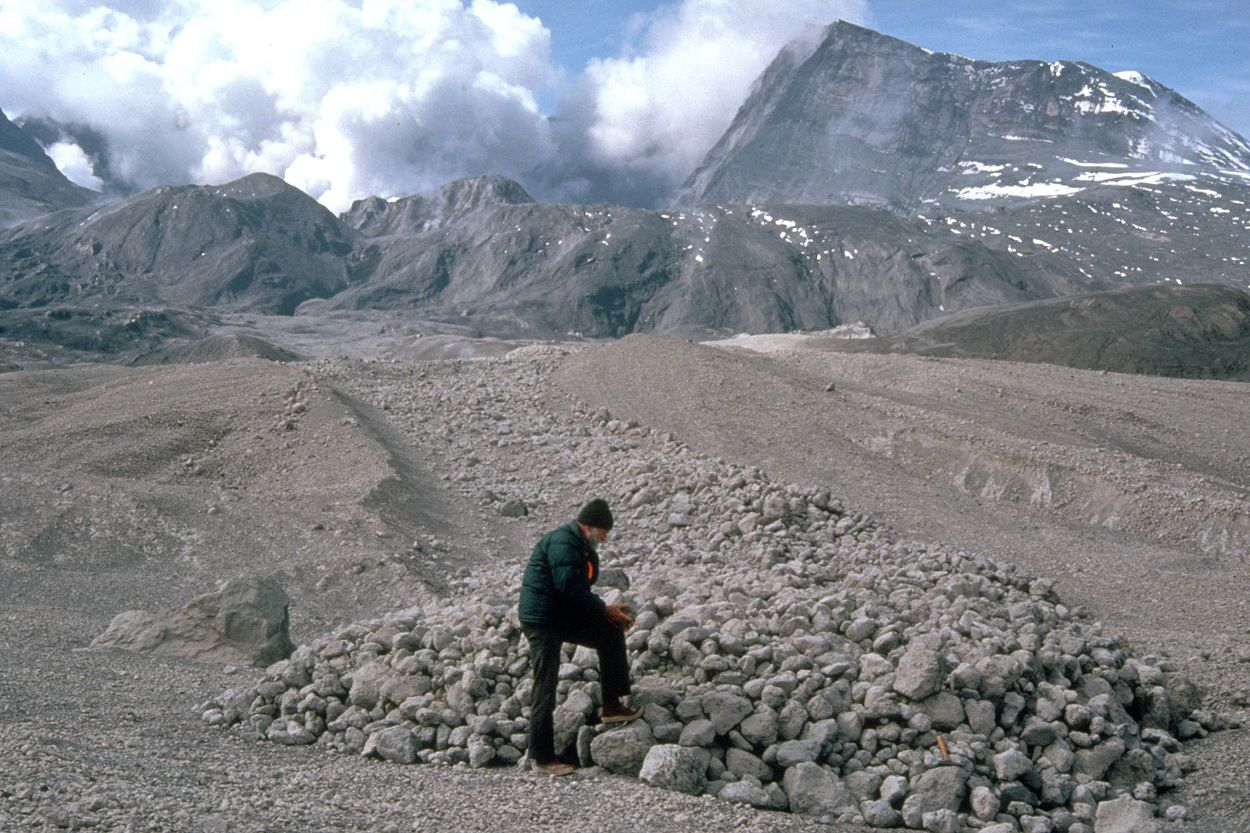 St. Helens - a scientist examines a pyroclastic flow - Doc. USGS 30.05.1980