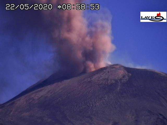 Etna - 22.05.2020, respectively at 05.58 and 08.58 - LAVE webcam - one click to enlarge