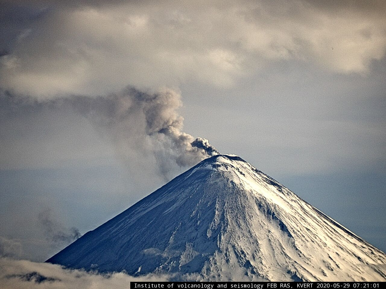 Klyuchevskoy - 29.05.2020 / 07h21 Seen by F.Yu. Levinson-Lessing Kamchatkan Volcanological Station (Klyuchi village) - IVS FEB webcam RAS KVERT