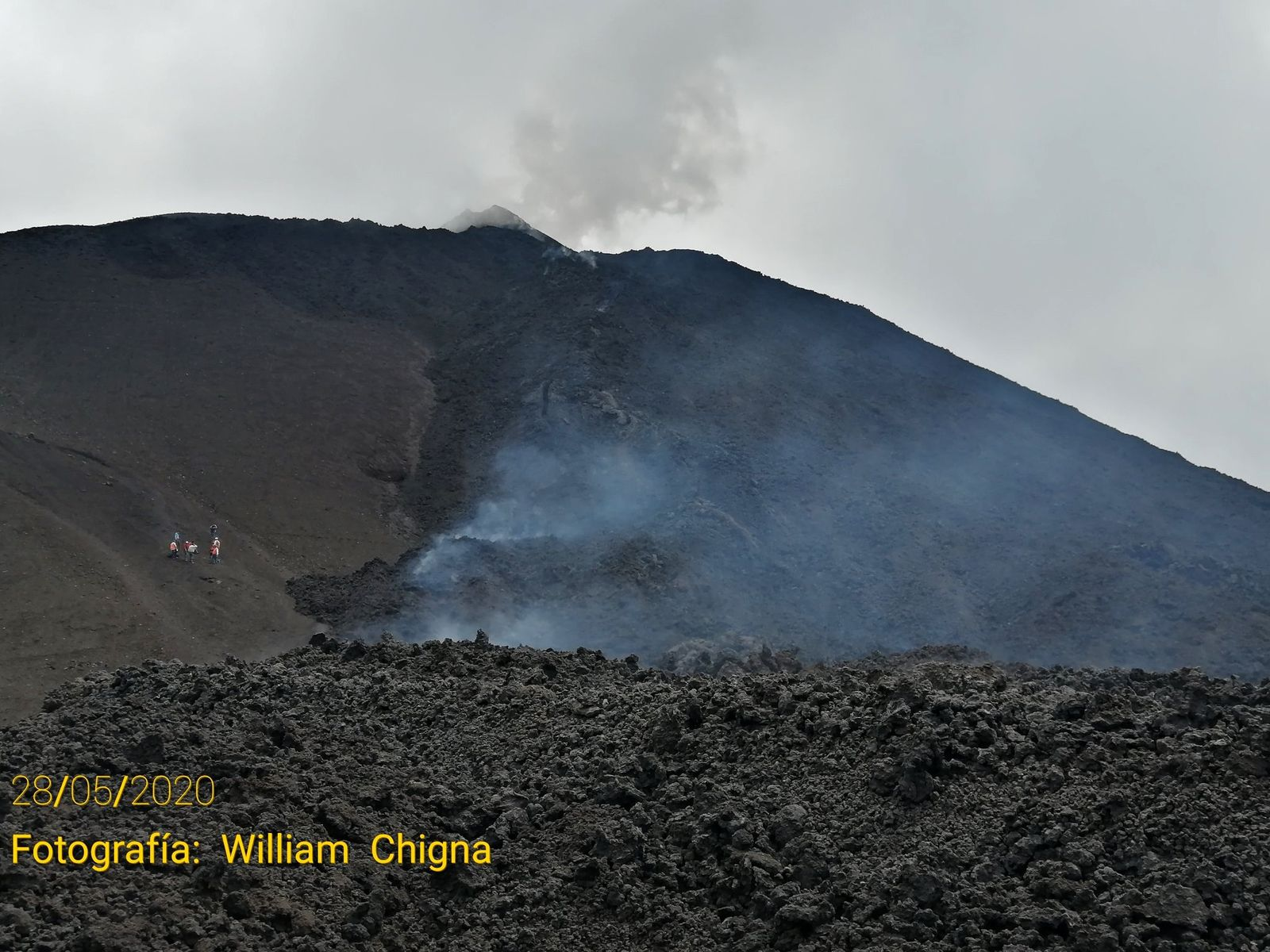 Pacaya - lava flow from MacKenney crater (people on the left give the scale) - photo William Chigne / Twitter 05.28.2020