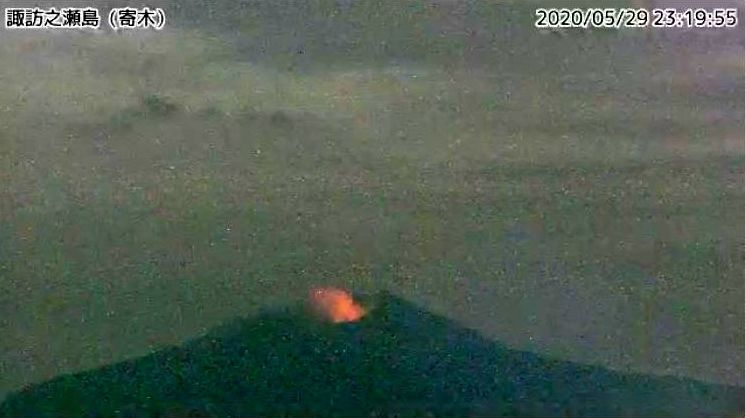Suwanosejima - a permanent nocturnal glow is observed at the summit crater - photo 05.29.2020 TaTohru / Twitter)