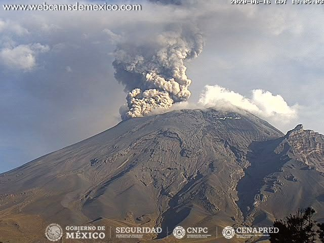 Popocatépetl - exhalation at 1200m on June 16, 2020 / 7:05 p.m. - WebcamsdeMexico