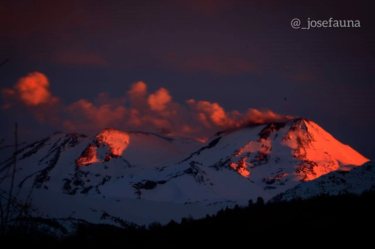 Nevados de Chillan complex - lava overflowing and small explosions - photos José Fauna / 03.07.2020 / via volcanologia in Chile