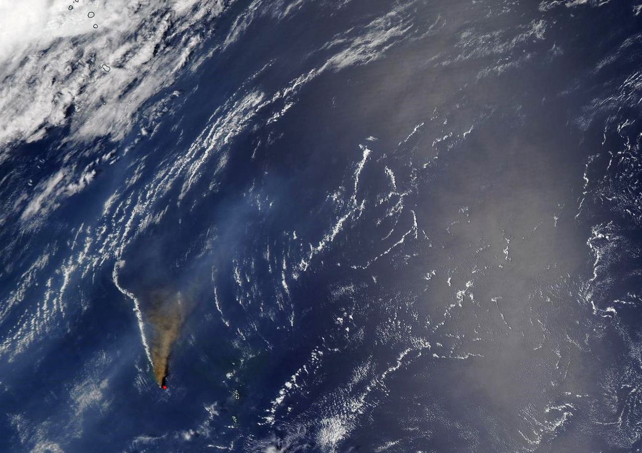 Nishinoshima and 2 plumes, vapor/gaz tothe left, brow ash in the center, dispersing on the right - Doc. Nasa Worlview 08.07.2020