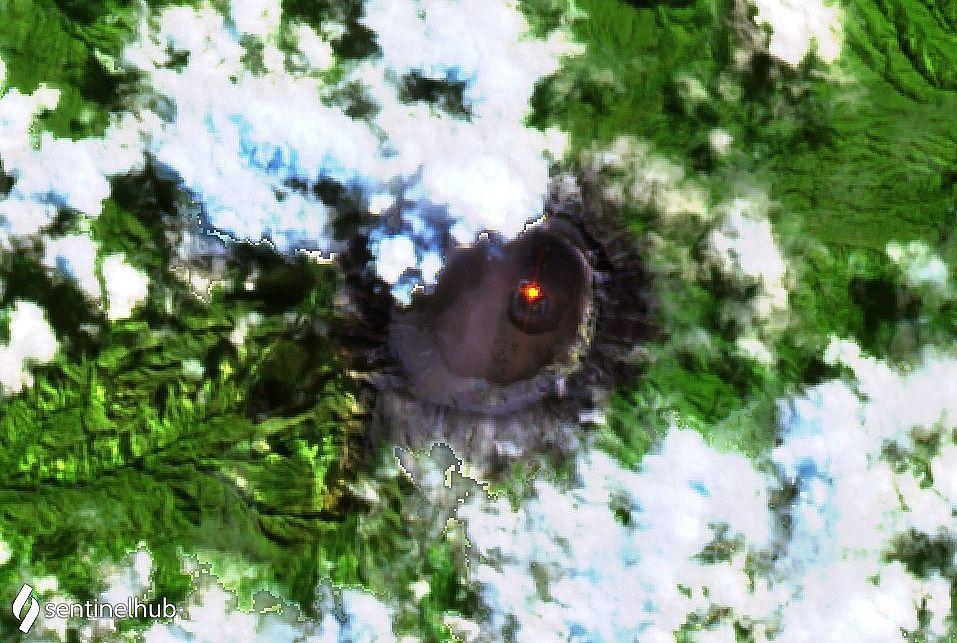 Raung - un hot spot est visible dans le cratère sur cette image Sentinel-2 bands 12,11,4 du 19.07.2020