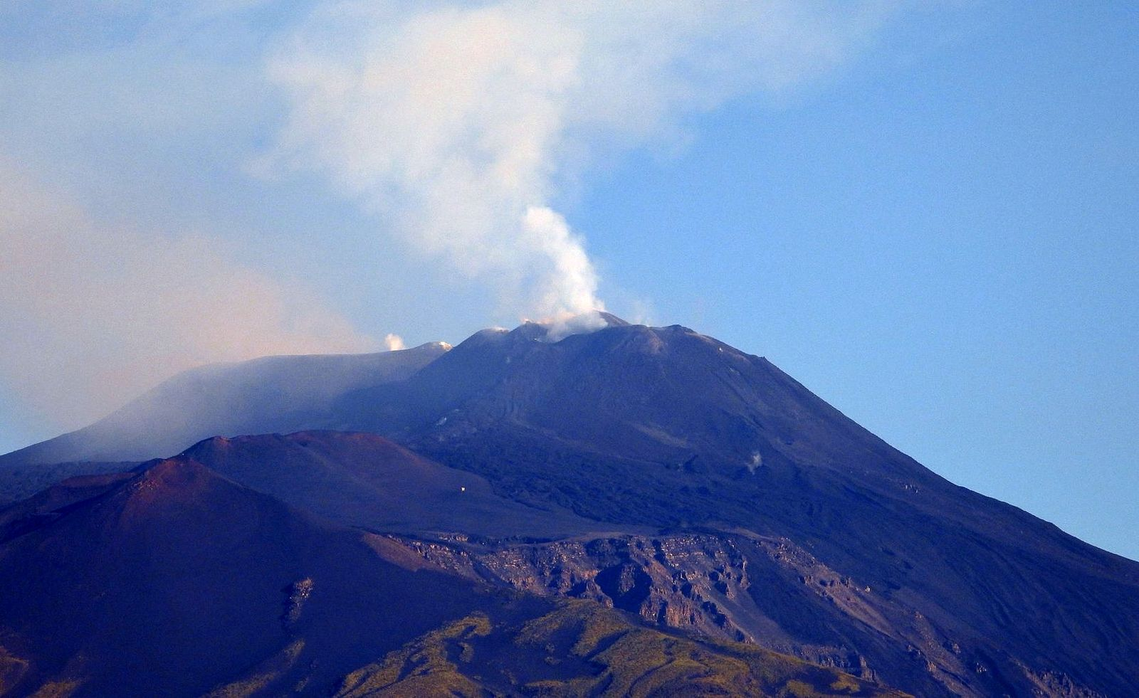 Etna - degassing on 21.07.2020 / 08h00, seen from Tremestieri Etnéo- photo Boris Behncke