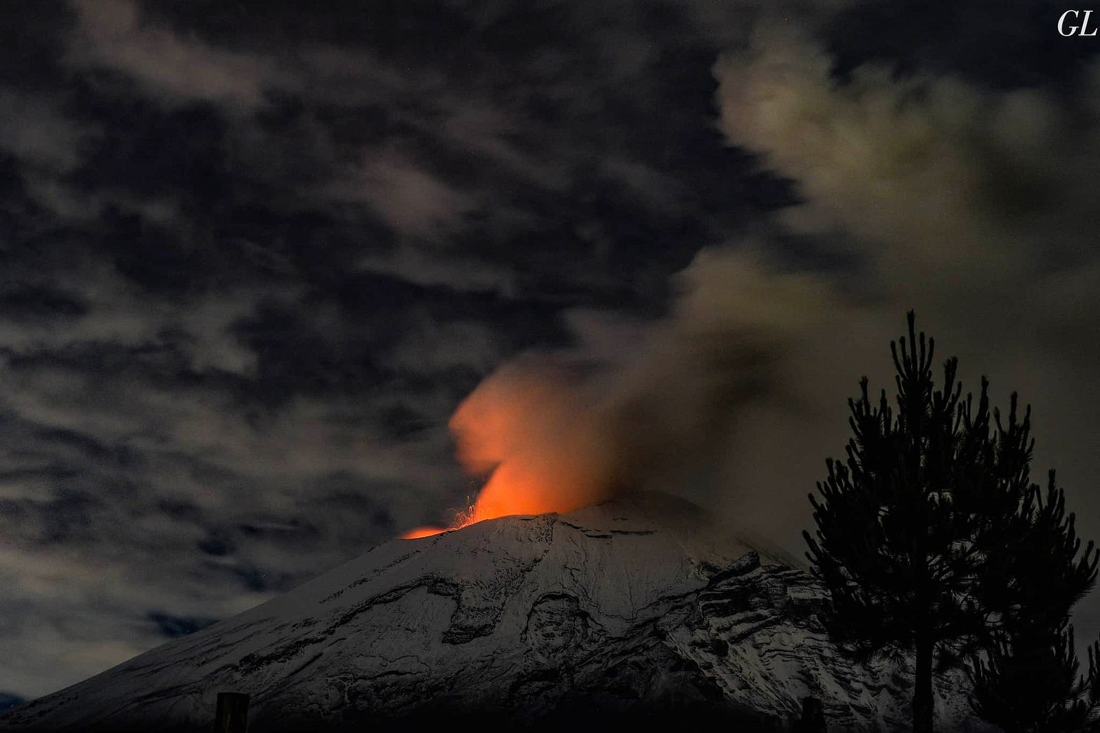 Popocatépetl - nocturnal incandescence and ballistic projections - photo Luis Garcia 23.07.2020 / Twitter