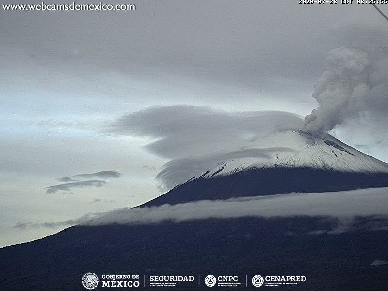 Popocatépetl - clouds and plume crown the volcano on 07/28/2020 / 08:25 am - WebcamsdeMexico