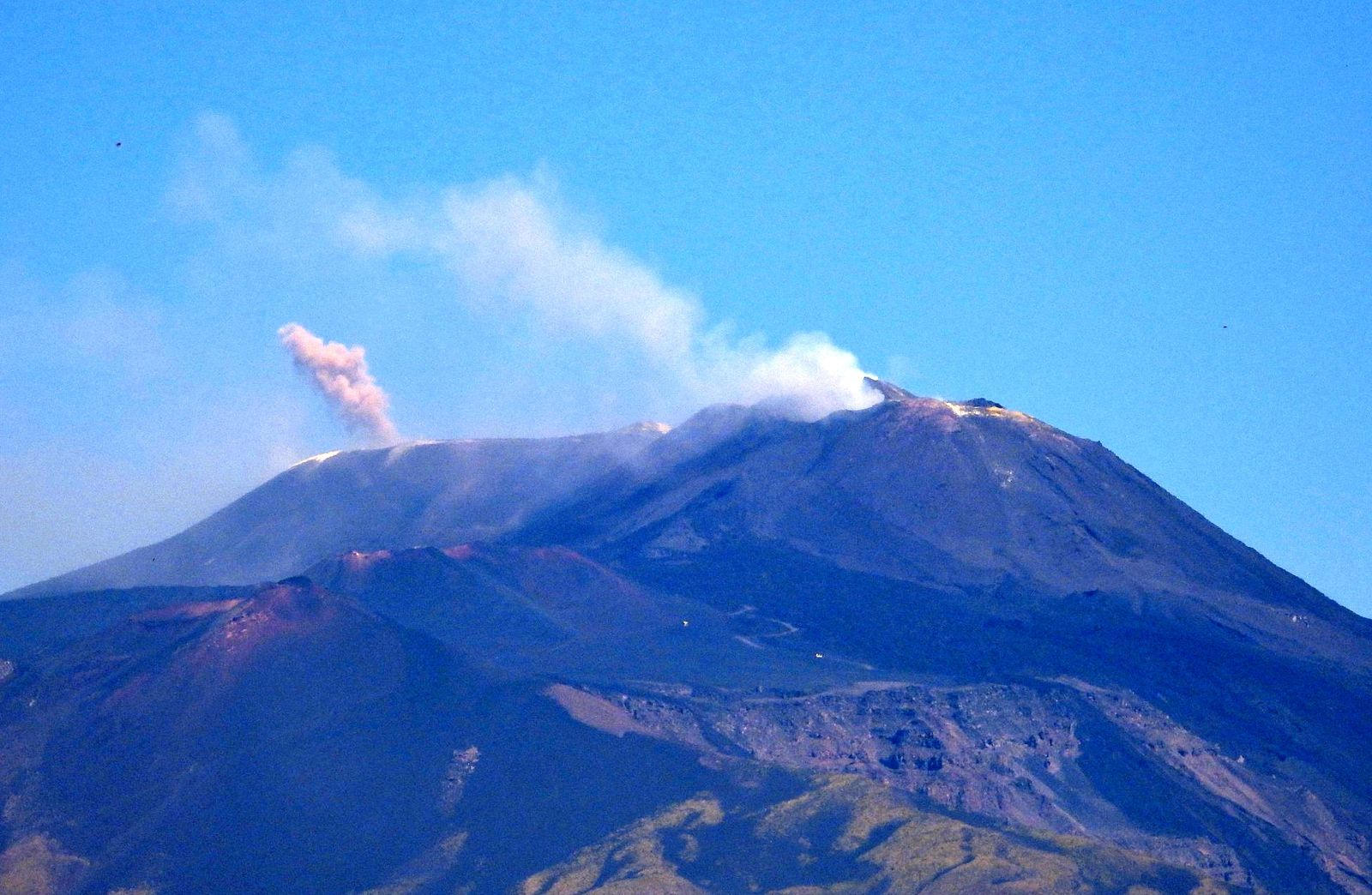 Etna - plumes emitted by Voragine and the saddle cone of the NSEC on 07.30.2020 / 10:50 a.m.