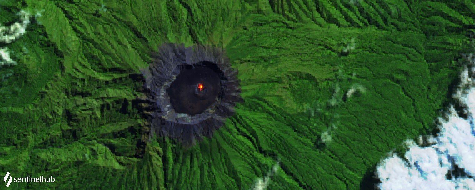 Raung - hot spot dans le cratère - image Sentinel-2 L1C bands 12,11,4 du 29.07.2020 - un clic pour agrandir