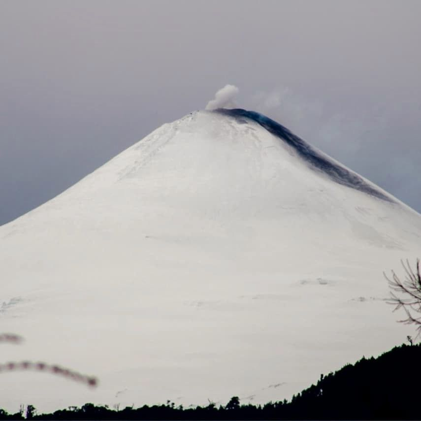 Villarica - 07.08.2020 - fallout from the explosion on the SE flank - photo @AngaritaVPhotography / via volcanologia en Chile