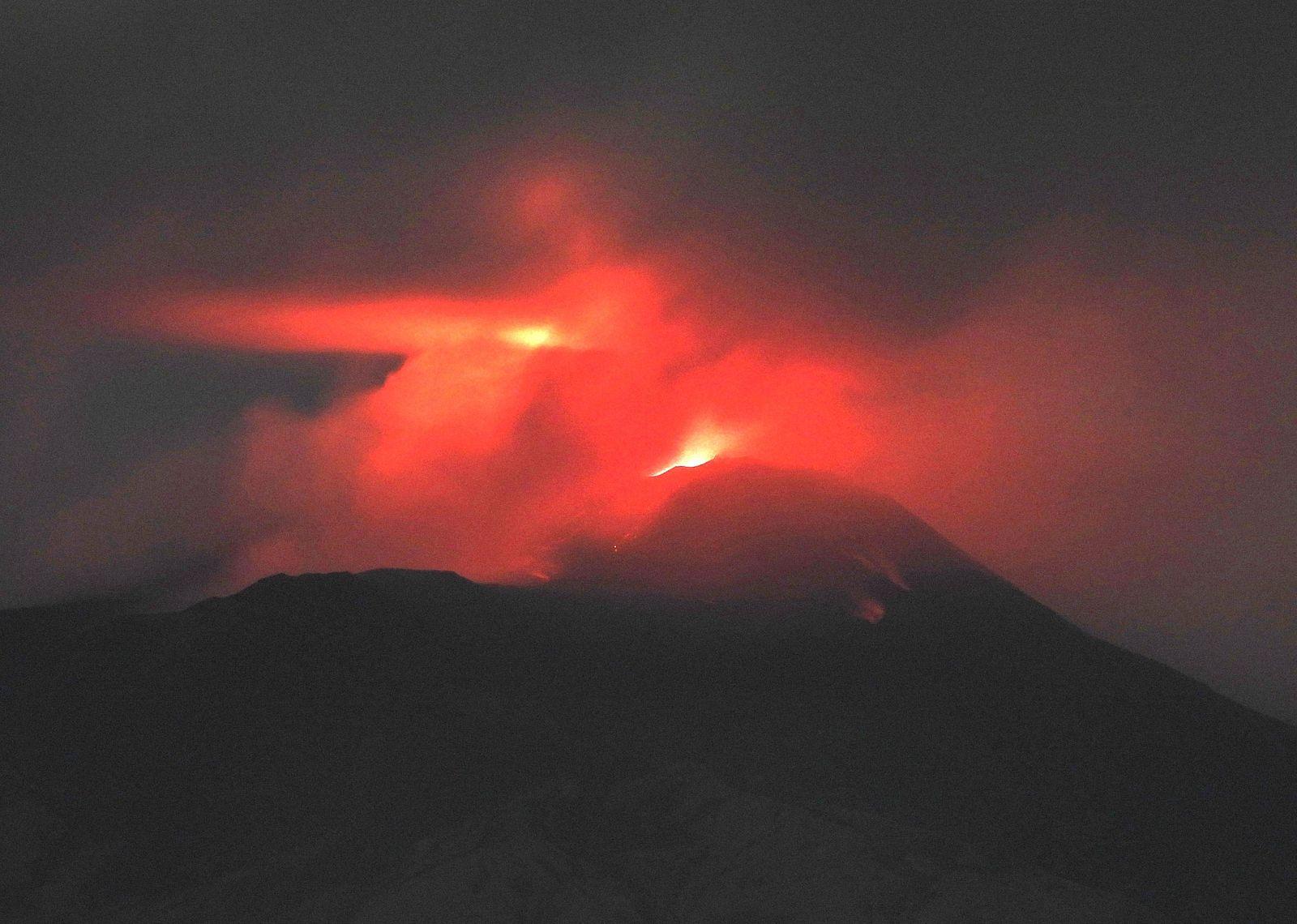 Etna - activité strombolienne au cône de la selle du SEC, reflétée sur les nuages le 07.08.2020 - photo Boris Behncke