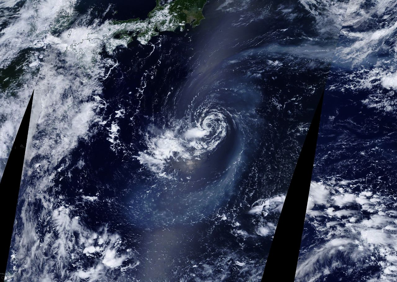 Nishinoshima  -  les émissions du volcan au centre du système cyclonique SIX le 11.08.2020  -  - Nasa Eosdis worldview snapshot