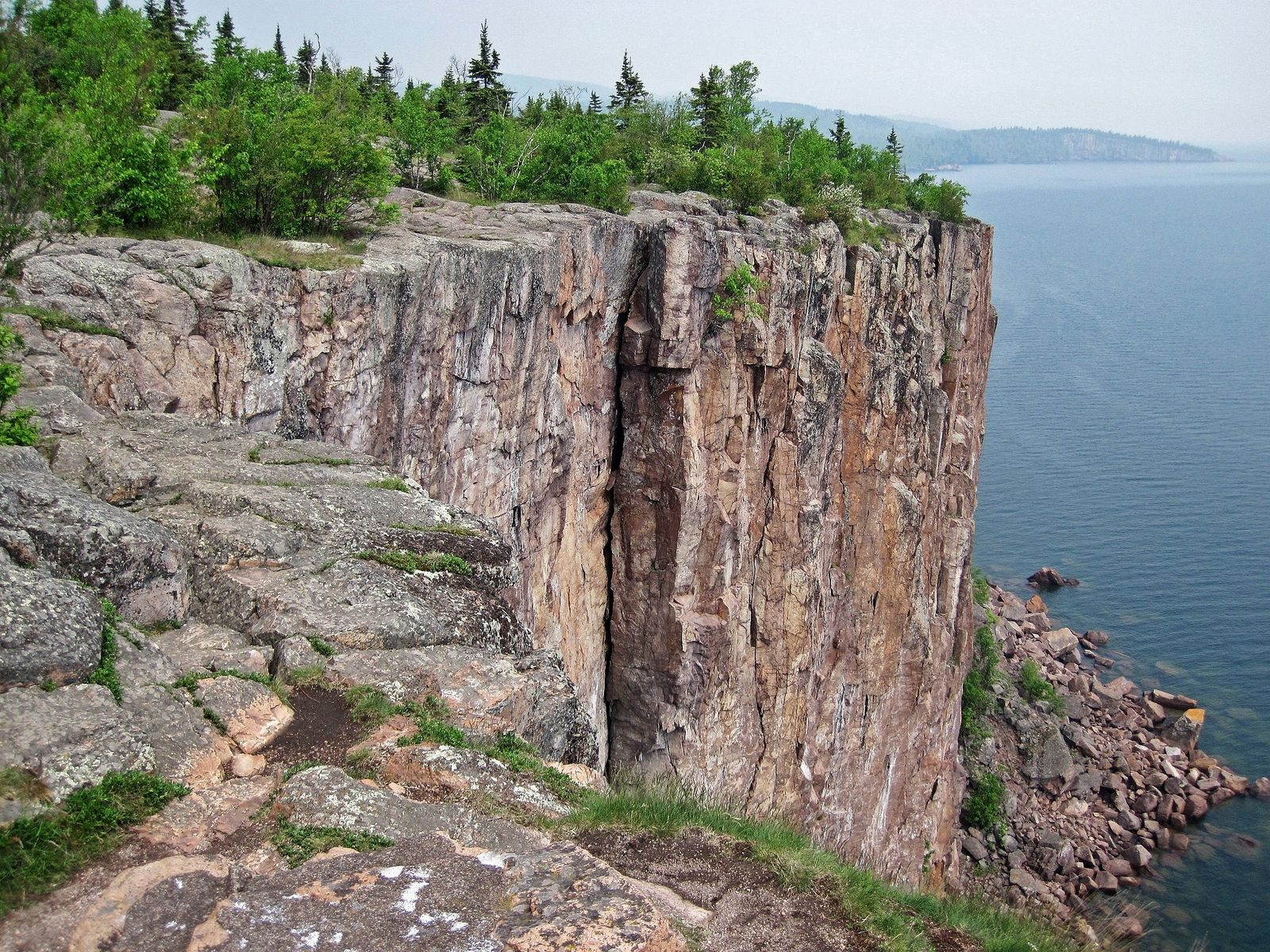 Orgues de rhyolite à Palisade Head - Lac Supérieur , groupe volcanique de la rive nord - photo James ST John / Flickr