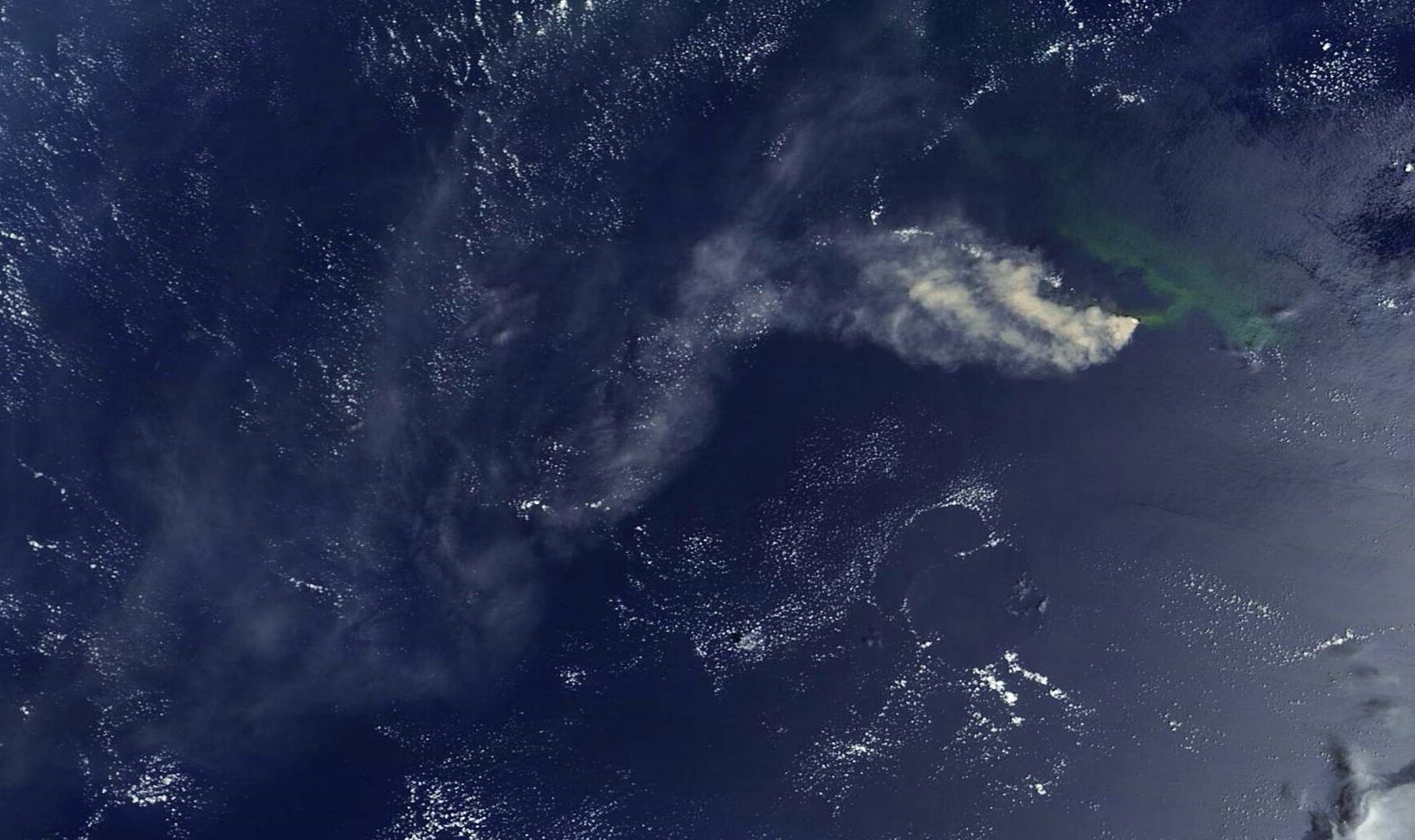 Nishinoshima - 13.08.2020 - ash and gas plumes, and the discolored water area - Doc. Nasa Eosdos Worldview