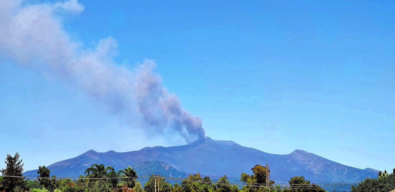 Etna, seen from Santa Venerina - ash plume from 08/14/2020 - Photo by Mario Mattia (INGV-OE).