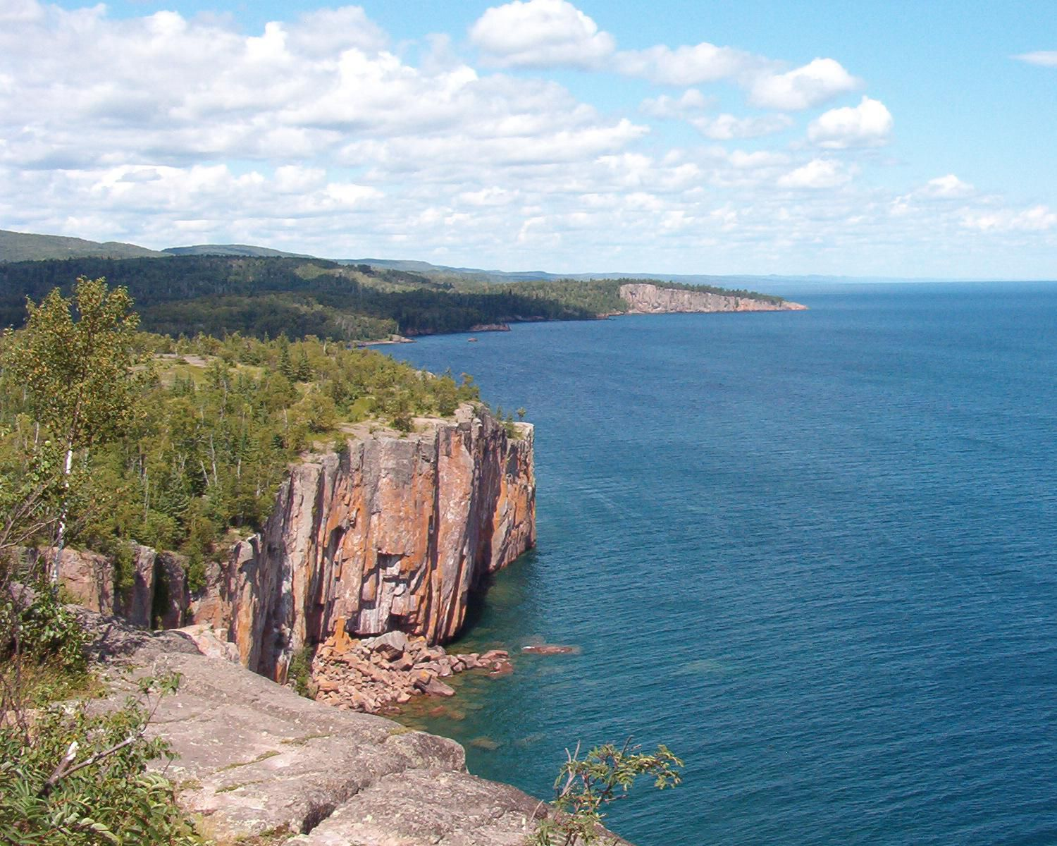 Palisade Head cliffs on Lake Superior, view northeast towards Shovel Point - photo Kablammo