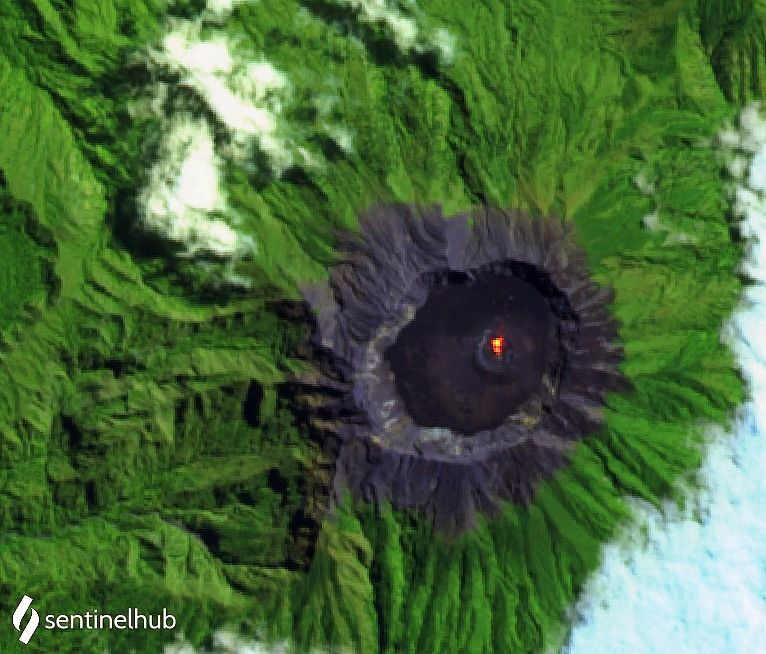 Raung - hot spot in the crater on 08/18/2020 - image Sentinel-2 L1C bands 12,11,4 - one click to enlarge