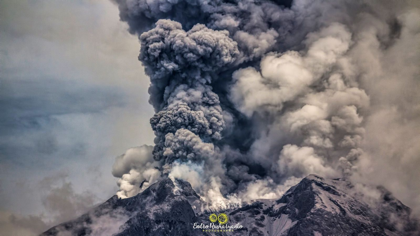 Sinabung - steam jets, two-tone plumes of steam & gas and ash -19.08.2020 / 11:03 WIB - photo Endro Rusharyanto