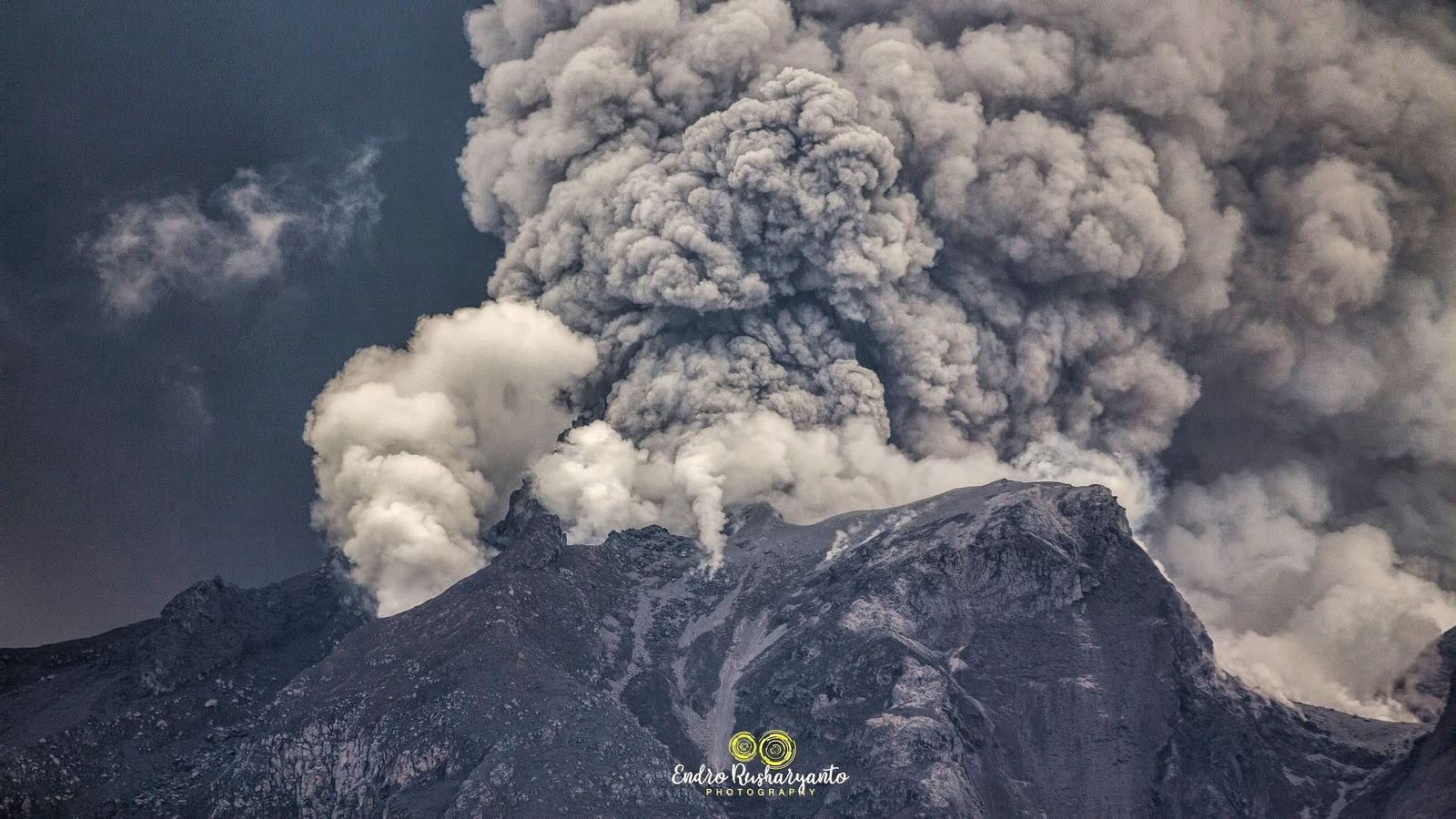 Sinabung - steam jets, two-tone plumes of steam & gas and ash -19.08.2020 / 11.51 am WIB - photo Endro Rusharyanto