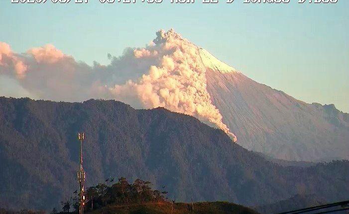 Sangay - 08/27/2020 - ash emission and pyroclastic flow - IGEPN webcam