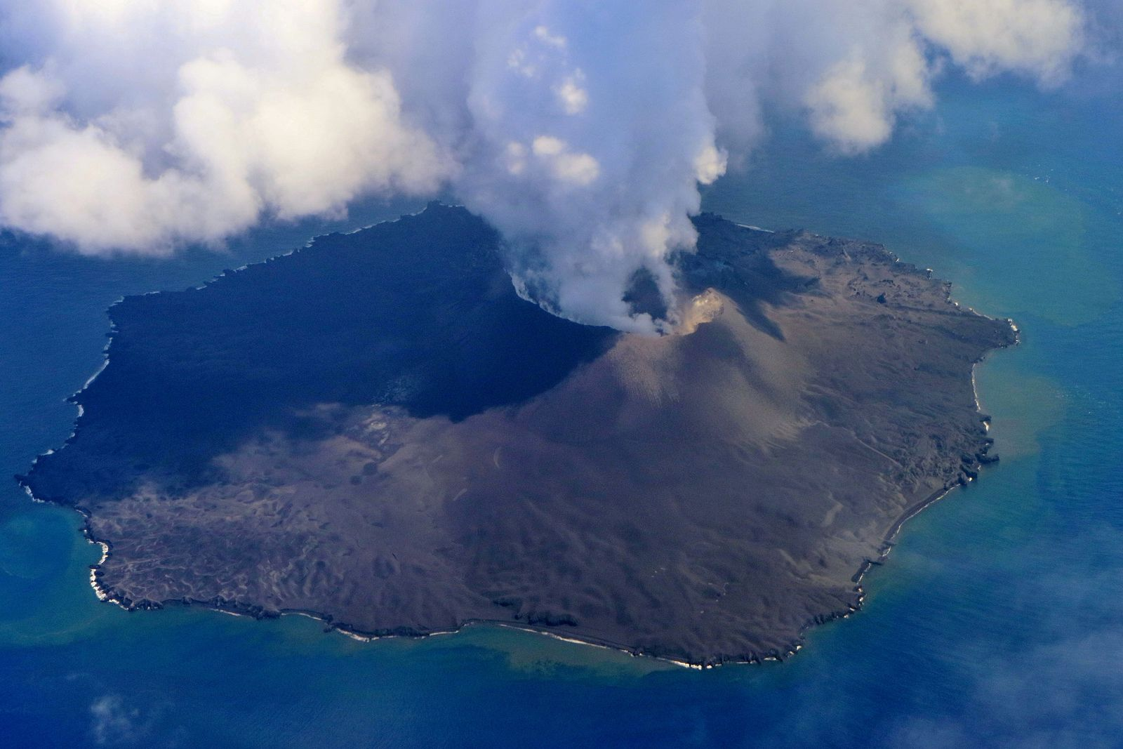 Nishinoshima - last view of the island and the crater on 08/23/2020 / 12:58 p.m. - photo Japan Coast Guards