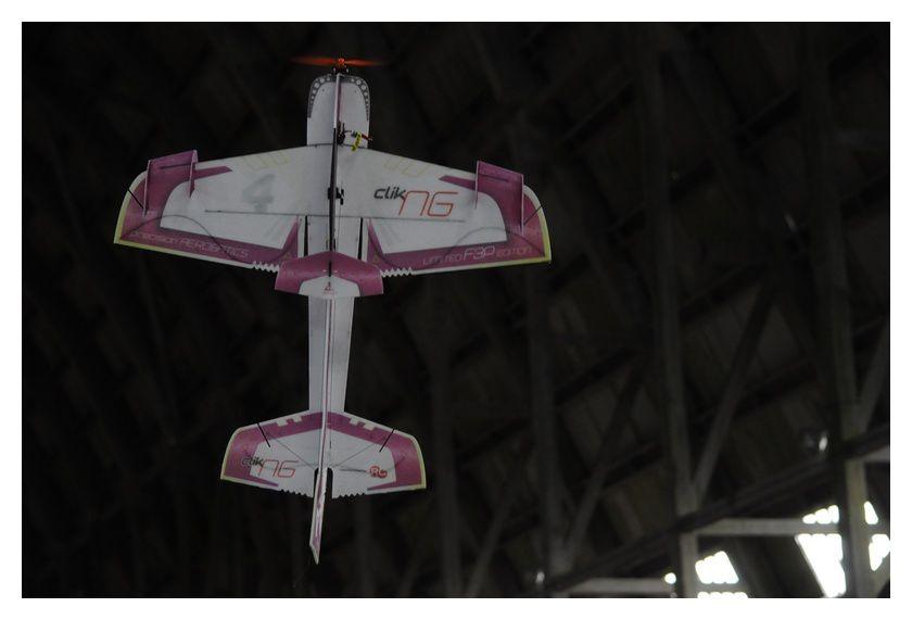 De la voltige dans le hangar d'Ecausseville