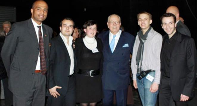 Laura Lussaud posant avec David Rachline, secrétaire national du FN (à sa droite) et Jean-Marie Le Pen (à sa gauche).© Reflexes