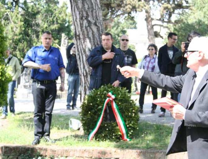 Christophe Georgy avec l'Œuvre française, lors d'une célébration de Mussolini en Italie, en avril 2012.© Fafwatch
