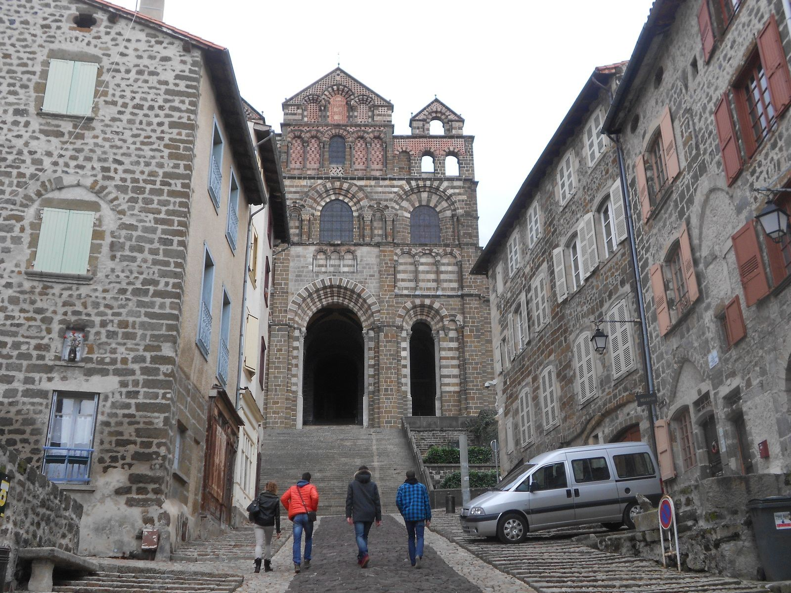 rue des tables qui monte a la cathedrale du puy