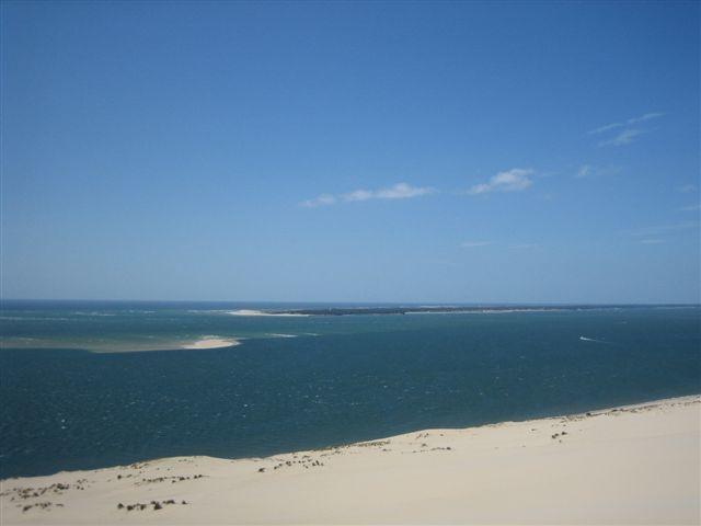 La sortie du bassin d'Arcachon avec le banc d'Arguin peu à peu recouvert par la marée montante et, au fond, le Cap Ferret