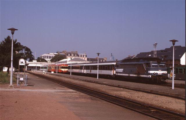 Saint-Malo : la BB 67337 en tête du train de la mi journée à destination de Paris (10 août 1995)
