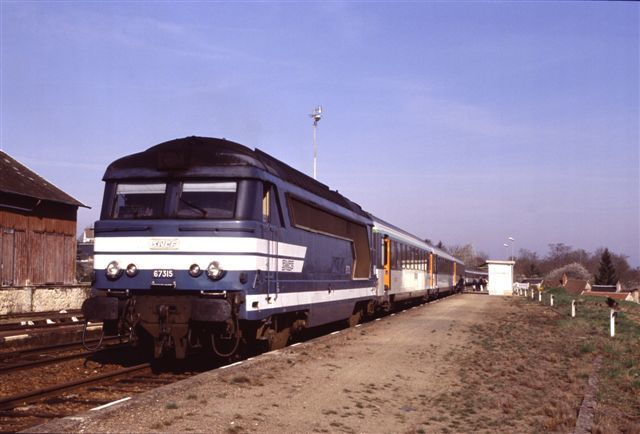 Chateauneuf sur Cher : la BB 67315 en tête du train n°99601 Vierzon Montlucon (22 mars 1997)
