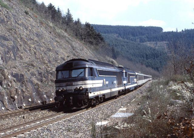Les Sauvages : la BB 67581 en tête du train 6806/7 Lyon-Nantes (10 avril 1999)