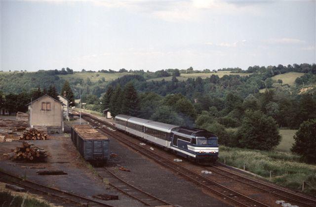 La Miouze Rochefort : la BB 67503 en tête du train n°5901 Paris - Le Mont Dore (19 juin 1993)