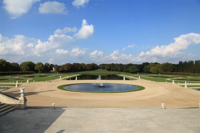 Vue sur la grande gerbe et les jardins à la française depuis la terrasse