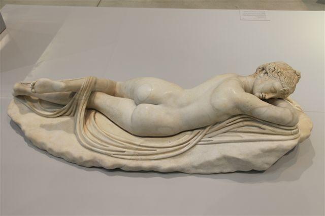 Hermaphrodite fils d'Hermès et d'Aphrodite qui est devenu un être à la fois homme et femme après son union avec une nymphe. C'est une copie romaine datant de 130-150 après J.-C.