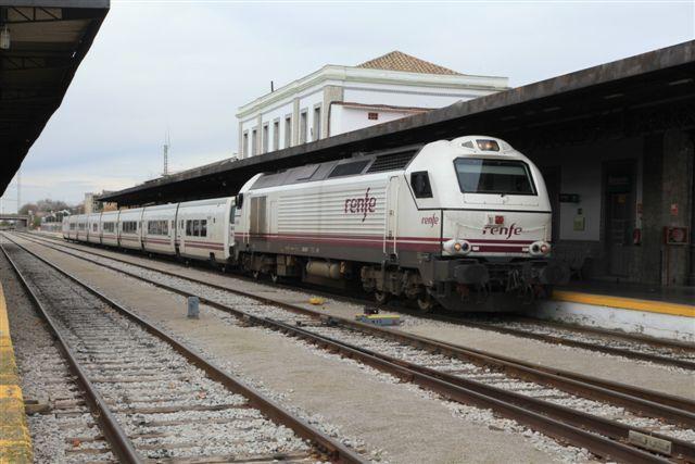 Locomotive diesel série 334 en tête d'un train Talgo à Grenade (3 décembre 2014)