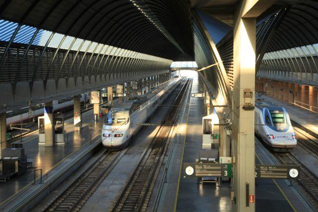 AVE (S-100 et S-102) en gare de Sévilla Santa-Justa (5 décembre 2014)