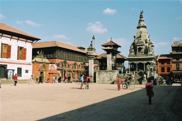 Bhakhtapur, le temple Vatsala Durga et, à gauche, la cloche de Taleju et la colonne du roi Bhupatindra Malla.