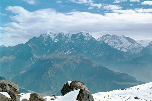 La chaîne des Nilgiri et, à droite, le massif des Annapurnas