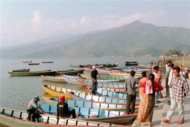Pokhara, le lac Phewa dominé par le Machapuchare (6 993 m)