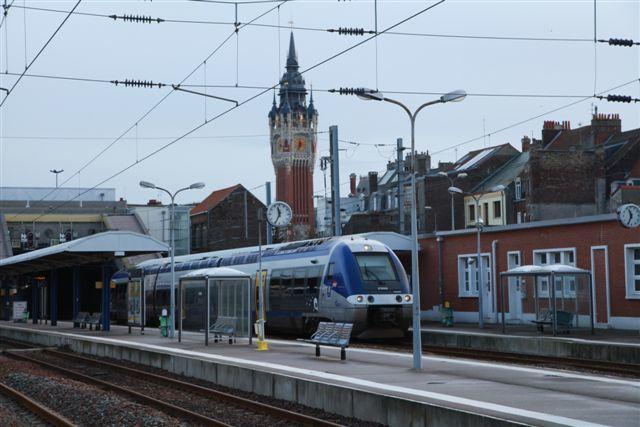 Calais : TER Calais - Arras n°842331 assuré par un X 76558 (mardi 29 décembre 2015)
